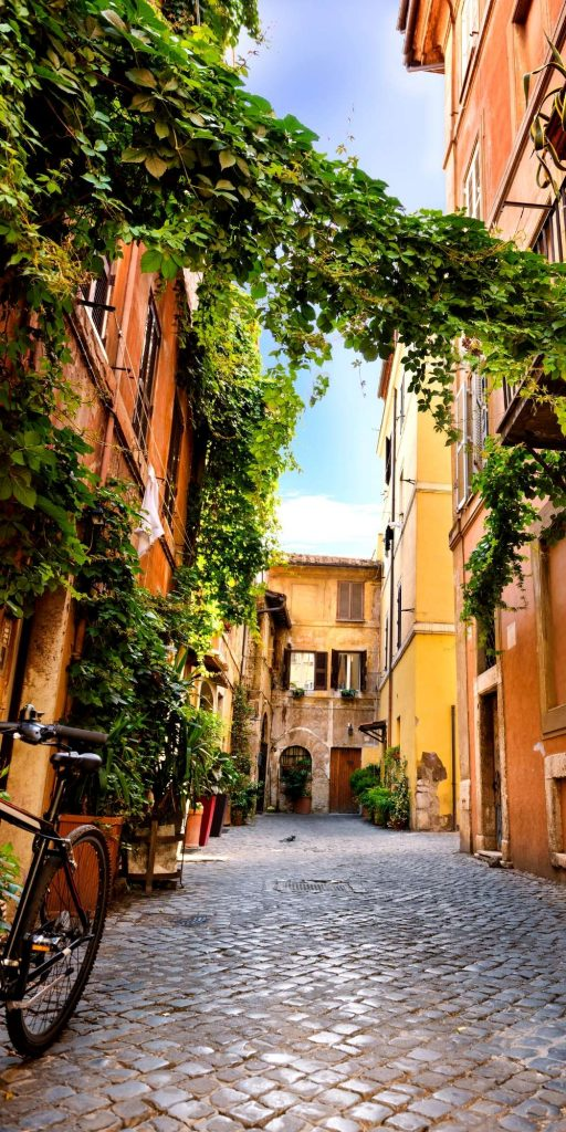 Rome is the perfect place to wander around for hours and end up in pretty narrow alleys like this one.